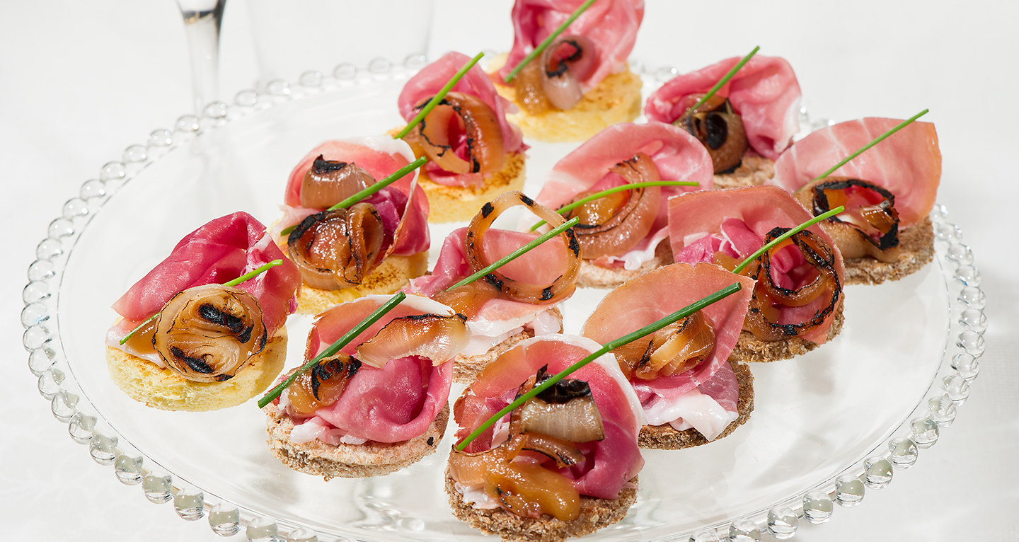 CANAPÉ OF SAN DANIELE HAM, QUINCE MARMALADE AND GRILLED ONION